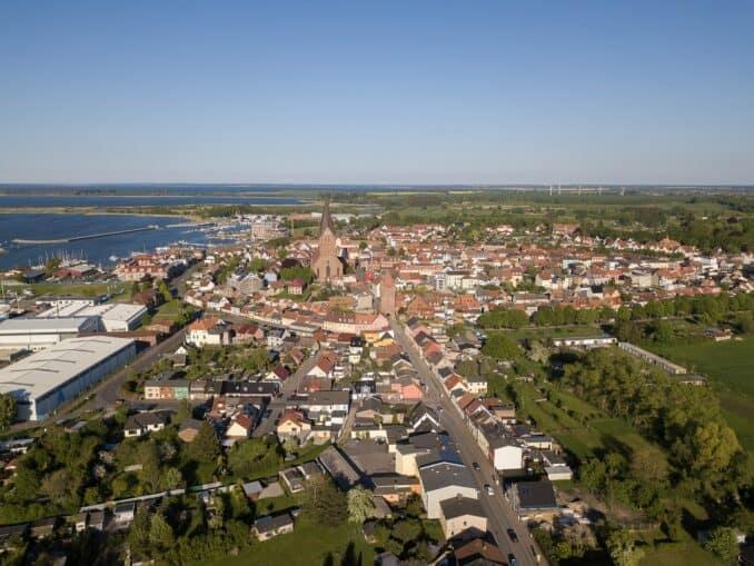 Blick auf Barth, mit Westtor, Marienkirche, Bodden-Hafen Bild: aximilian Schönherr CC BY-SA 4.0
